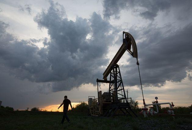 Le prix du pétrole continue de piquer du
