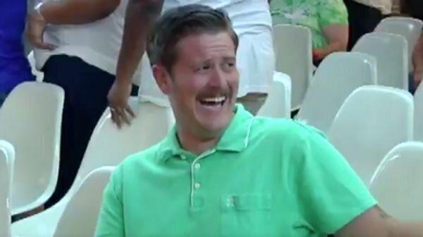 «Comment ne pas rire de ça?» a confié l'homme au chandail vert à une...