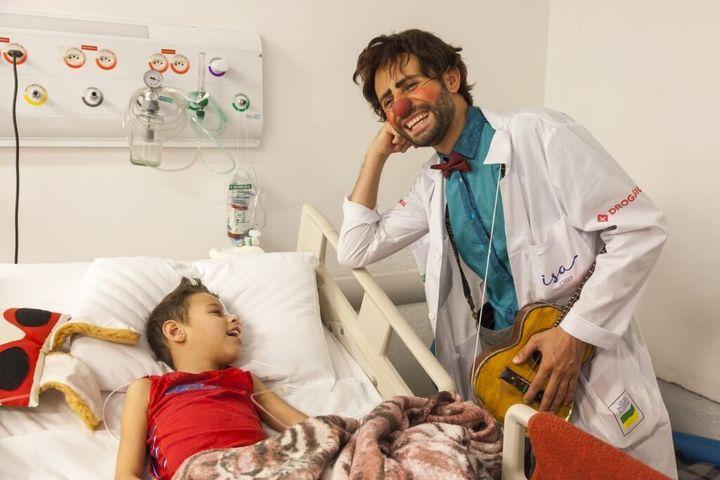 Doutores da Alegria animam crianças com muita Ciência e Besteirologia.
