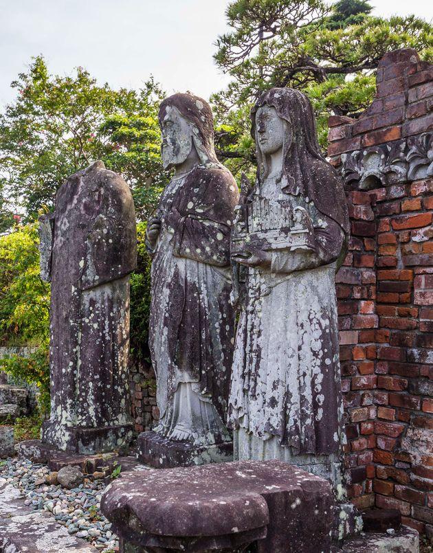 熱線で傷ついた聖人像たち。再建された浦上天主堂の周辺にある