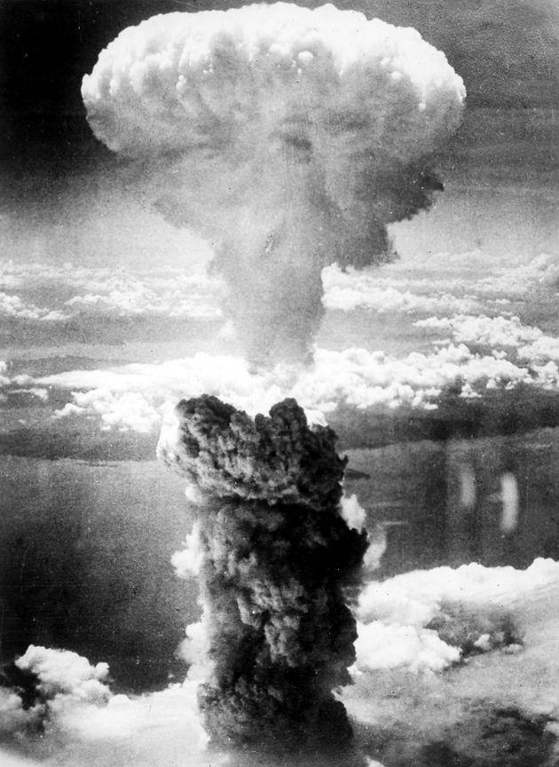 長崎市への原子爆弾投下に伴って発生したキノコ雲。