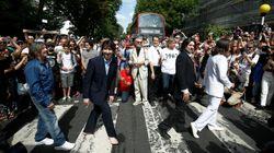 Multidão vai a rua de Londres para celebrar os 50 anos de foto histórica dos
