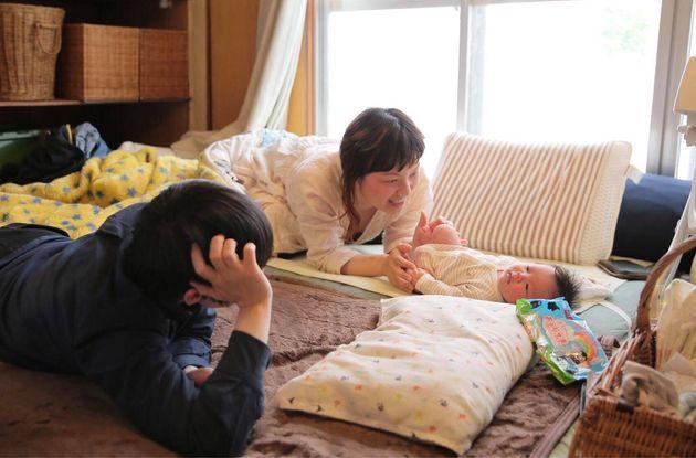 みちさんをあやす島田さん(写真手前)、櫨畑さん(写真奥)