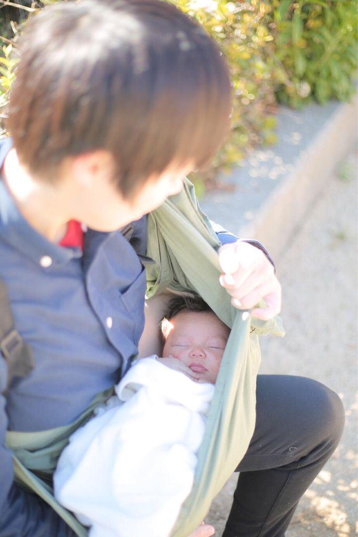 抱っこ紐でみちさんを抱く、島田さん