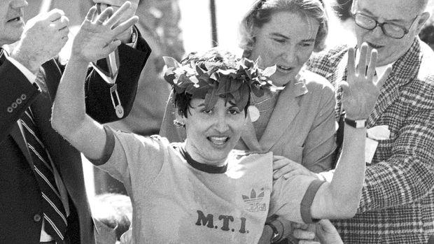 ARCHIVO - En imagen de archivo del 21 de abril de 1980, Rosie Ruiz saluda al público después de ser decretada ganadora del Maratón de Boston en la rama de mujeres, en Boston. (AP Foto/archivo)