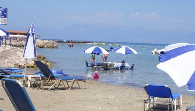 Ταβέρνα στην Κέρκυρα έβαλε τραπέζι μέσα στη θάλασσα για να... δροσίζονται οι