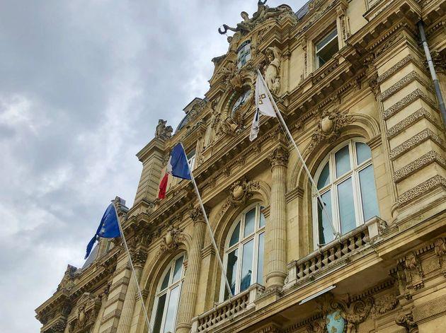 En hommage au maire de Signes, plusieurs mairies mettent leurs drapeaux en
