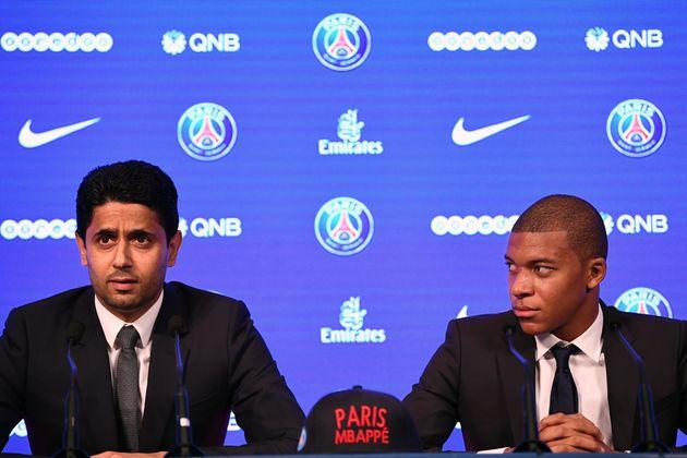 Le footballeur Kylian Mbappé (à droite) lors d'une conférence de presse avec Nasser...