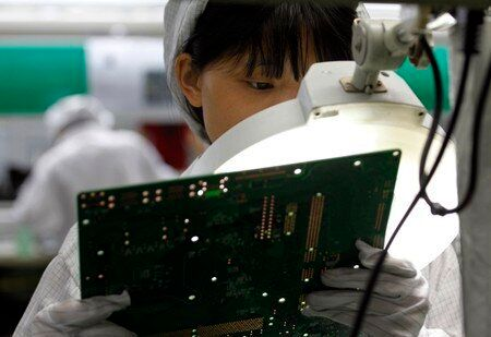 Μαθητές δουλεύουν παράνομα υπερωρίες για να φτιάχνουν συσκευές της Amazon στην