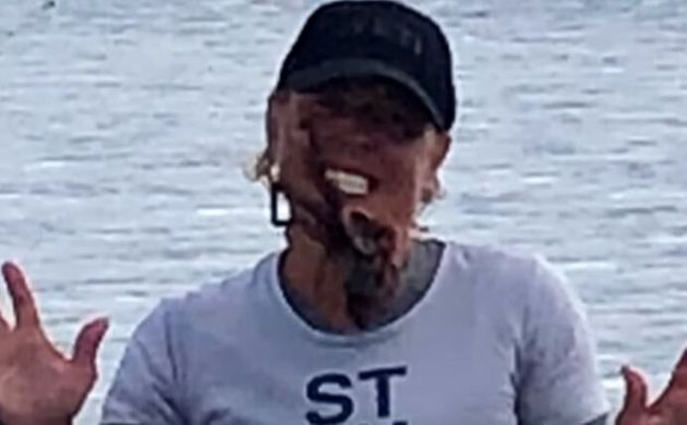Βίντεο: Έβαλε χταπόδι στο πρόσωπό της για να βγάλει φωτογραφία και αυτό τη