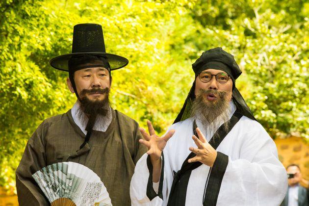 박양우 문화체육관광부 장관(왼쪽)이 10일 전남 담양군 소쇄원에서 풍류 프로그램 '소쇄처사 양산보와 함께 걷는 소쇄원'을 체험하고