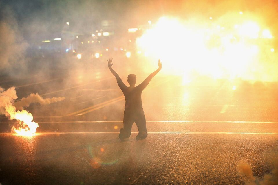 <i>Os manifestantes em Ferguson sofreram altos n&iacute;veis de viol&ecirc;ncia por parte de policiais, incluindo g&aacute;s lacrimog&ecirc;neo.</i>
