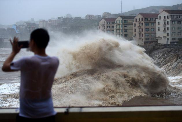 Δεκάδες νεκροί και αγνοούμενοι από το πέρασμα του τυφώνα Λέκιμα στην