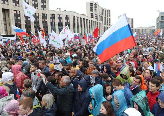 À Moscou, 50.000 manifestants réclament des élections libres, selon les