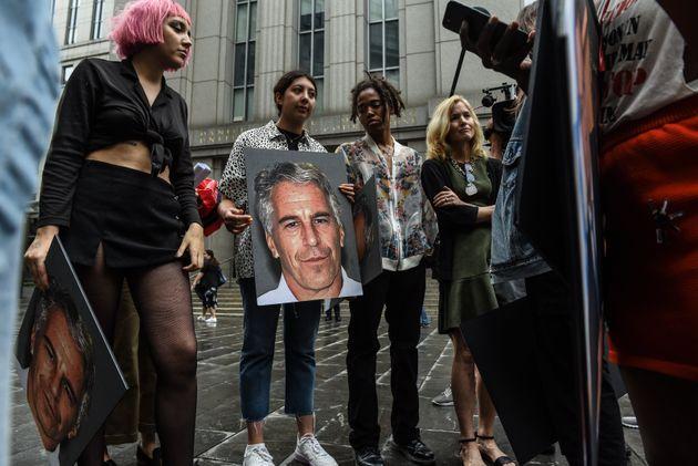 Un groupe de militants devant la cour fédérale américaine, à New York, le...