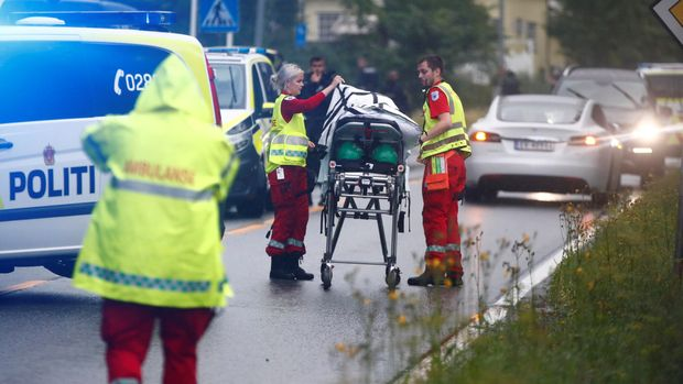 Emergency crews are seen near a stretcher after a shooting in al-Noor Islamic center mosque, near Oslo, Norway August 10, 2019. NTB Scanpix/Terje Pedersen via REUTERS   ATTENTION EDITORS - THIS IMAGE WAS PROVIDED BY A THIRD PARTY. NORWAY OUT. NO COMMERCIAL OR EDITORIAL SALES IN NORWAY.