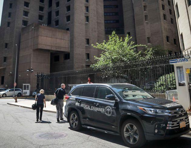 8월 10일 엡스타인이 사망한 맨해튼교도소로 의료기관 담당자들이 들어서고