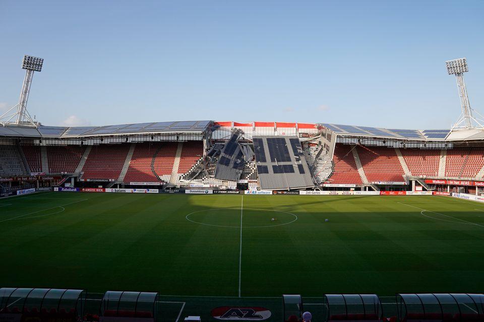 À Alkmaar aux Pays-Bas, le toit d'un stade s'effondre à cause de vents
