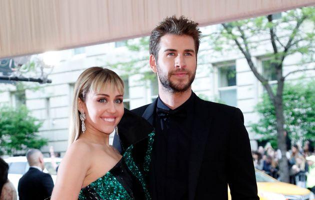 Miley Cyrus et Liam Hemsworth arrivant au Met Gala à New York le 6 mai