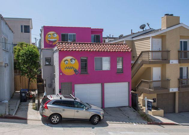 Vue de la maison emoji rose qui a été la cause d'une querelle entre voisins à Manhatten...