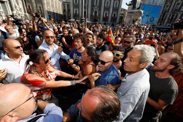 Volano schiaffi a Catania: tensione tra i sostenitori di Salvini e i