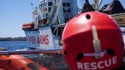 El 'Open Arms' asegura que resiste y que solo desembarcaría sin permiso por