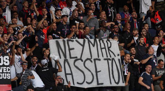 Une banderole brandie ce dimanche 11 août au Parc des Princes par les supporters du PSG sur laquelle...