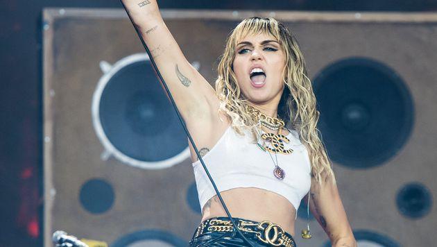 Miley Cyrus, pillada besando a una conocida 'influencer' tras anunciar su divorcio de Liam