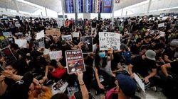 Miles de manifestantes bloquean el aeropuerto de Hong