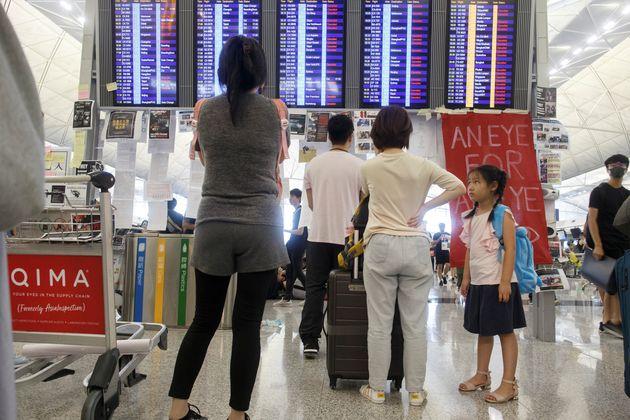 홍콩 공항이 시위 여파에 12일 항공편을 모두