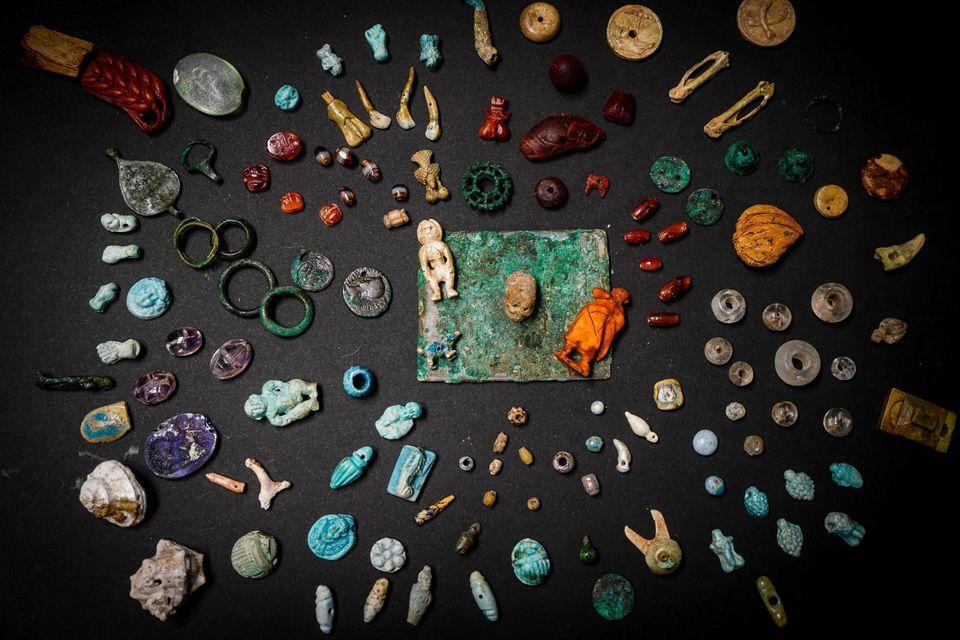 A Pompei emerge il tesoro della fattucchiera. Decine di portafortuna per scacciare la