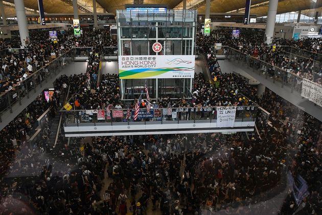 Plus de 5000 manifestants ont perturbé les activités à l'aéroport de Hong