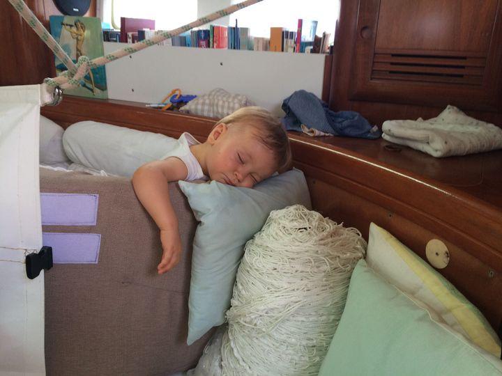 """""""j'ai fait un tapis de coussins car il veut absolument marcher mais trébuche souvent à cause des mouvements saccadés du bateau et finit à plat ventre par terre. Il s'énerve et perd patience."""""""
