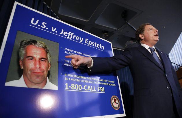 Attesa per i risultati dell'autopsia sul corpo di Epstein. Si cerca la sua