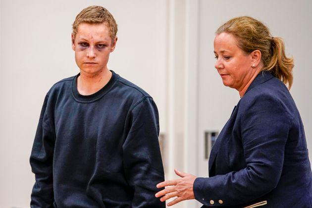 Le tireur de la mosquée de Bærum Philip Manshaus et son avocate, Unni Fries, se présentent...