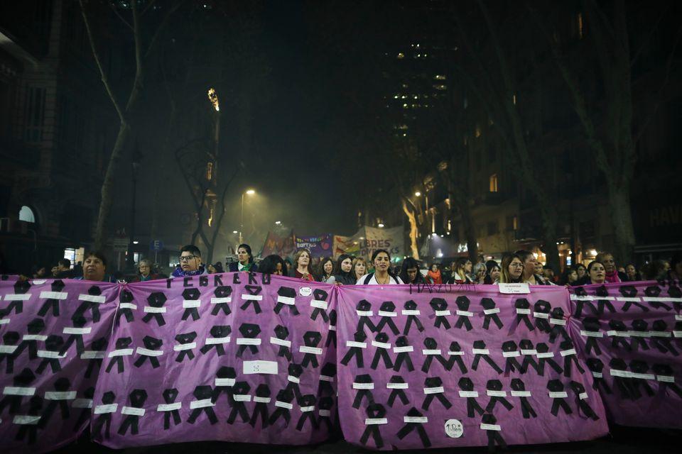 Γυναίκες διαδηλώνουν...