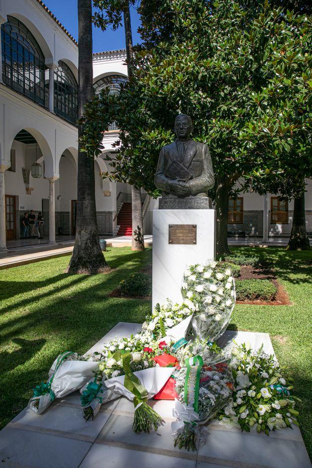 Ofrenda floral en el Parlamento andaluz ante la estatua de Blas Infante, en el patio del salón...