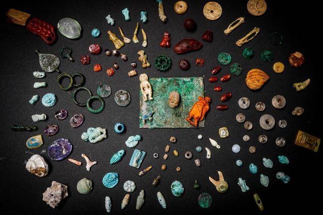 Vista de algunos de los amuletos encontrados en