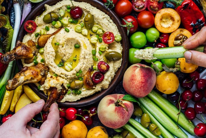 Filling a sandwich with hummus and vegetables provides all three of the necessary elements of a healthy sandwich: protein, carbohydrates and fat.