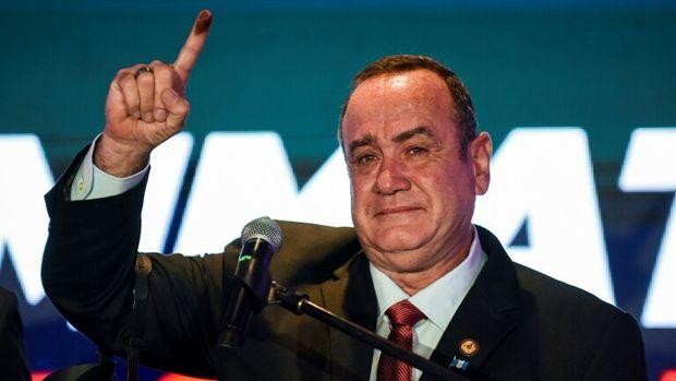 O conservador Alejandro Giammattei celebra a vitória no segundo turno presidencial da Guatemala, em 11 de agosto de 2019