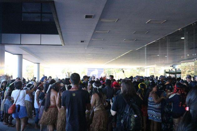 Mulheres indígenas ocupam a frente do prédio da Funasa, em Brasília.