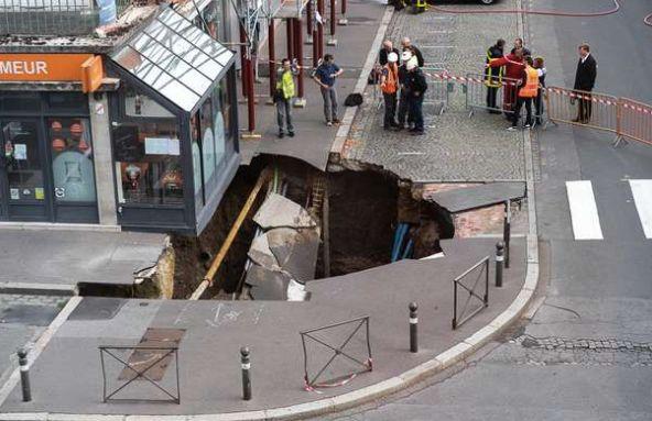 Un trou de 4 à 5 mètres de profondeur s'est formé sur la place Léon-Débouverie...