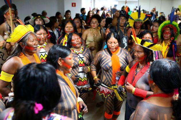 Mulheres indígenas ocupam andares do prédio da Funasa, do Ministério da Saúde, em Brasília (DF).