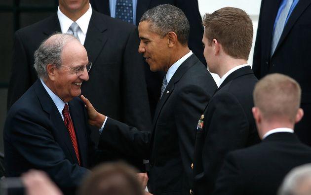 George Mitchell et Barack Obama lors d'une cérémonie à la Maison Blanche le 1er...