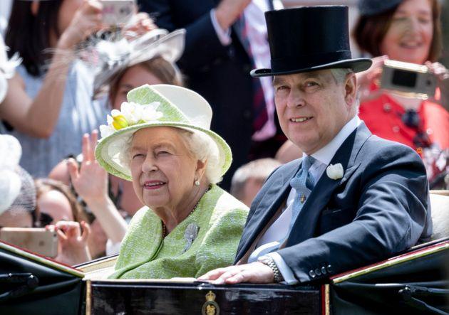 Le Prince Andrew et la reine Elizabeth II le 22 juin aumeeting royal d'Ascot, dans le comté...