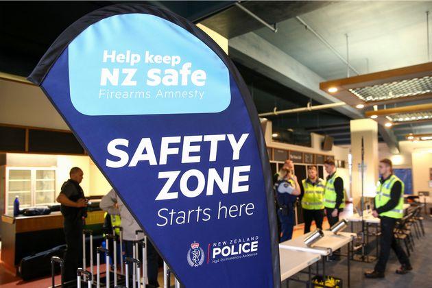 뉴질랜드 경찰은 금지 조치가 내려진 총기를 회수하기 위해 정부 예산을 들여 총기를 매입하는 정책을 실시하고