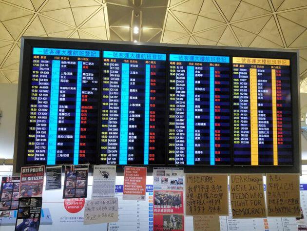 航空便の運航キャンセルを伝える香港国際空港の案内板=12日、香港、朱延雄撮影