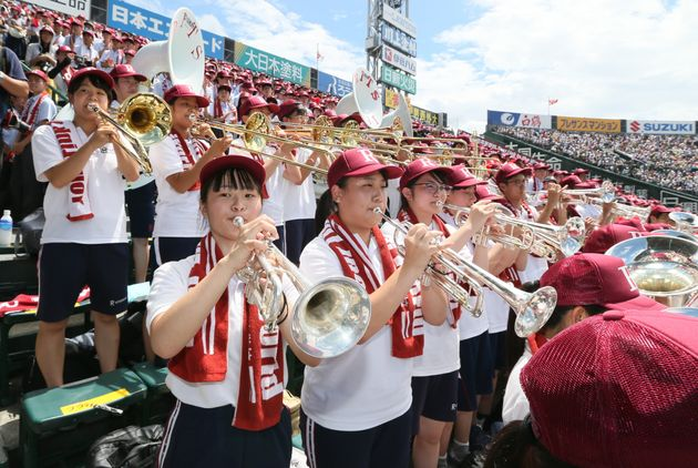 スタンドで演奏する立命館宇治高の吹奏楽部員ら=13日、兵庫県西宮市の甲子園球場