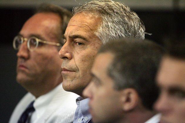 Epstein si è impiccato usando il lenzuolo del letto. Spunta il 'black book' che fa tremare i