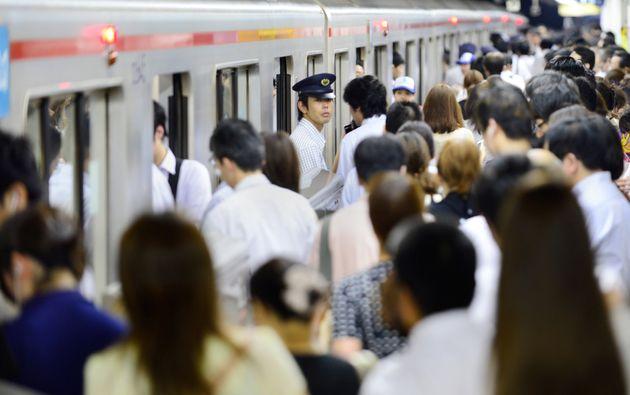 電車に乗り込む乗客で混雑する駅のプラットフォーム=東京都内(本文と直接関係ありません)